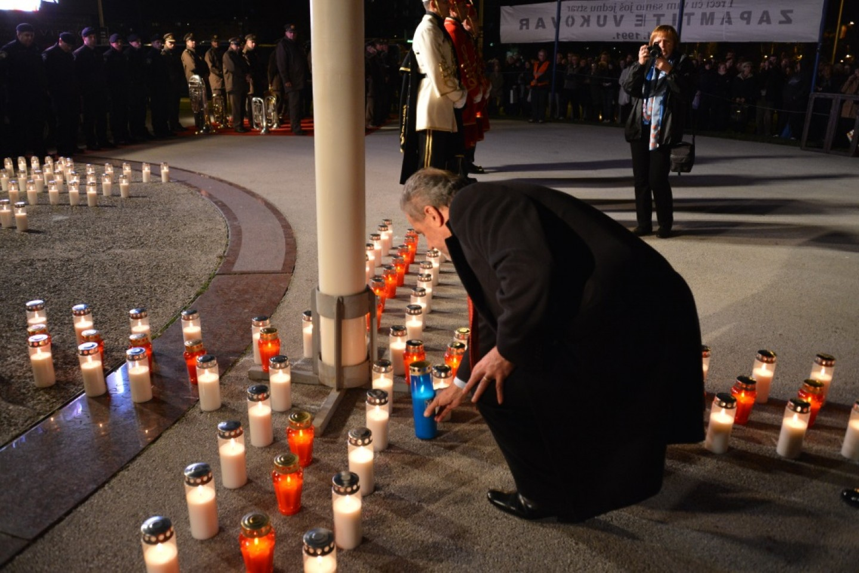 Dan sjećanja na žrtvu Vukovara: Gradonačelnik Milan Bandić zapalio svijeću
