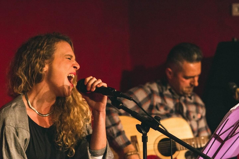 Fantastični cover duo 'Singing String' večeras u Taban Bar&Hotelu