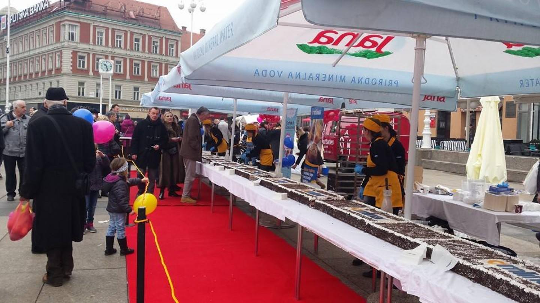 Humanitarna prodaja 15 metara duge torte na trgu