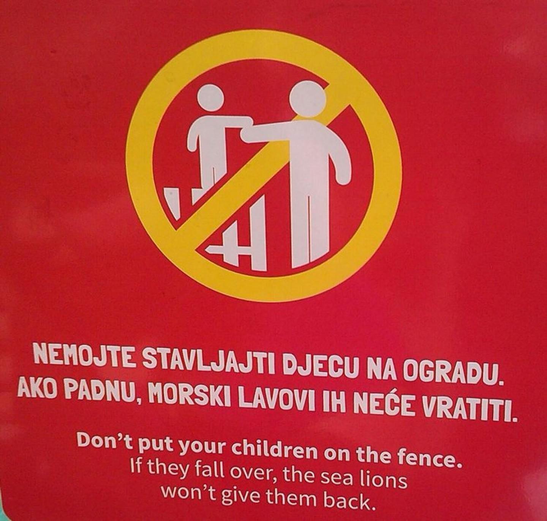 """""""Nemojte stavljati djecu na ogradu. Ako padnu, morski lavovi ih neće vratiti."""""""