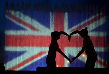 """Fontane kod koncertne dvorane ,,Vatroslav Lisinski"""" u bojama britanske zastave"""