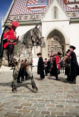 Kravat pukovnija predvodi povorku povijesnih postrojbi u okviru 303. alkarskih svečanosti