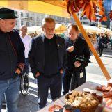 DANI SLAVONIJE U ZAGREBU: Branitelji proizvođači hrane prikazuju kako se radi pravi kulen i kulenova seka