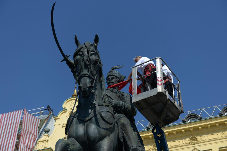 Započelo vezivanje kravata na pedeset zagrebačkih spomenika te smjena straža povijesnih postrojbi