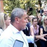 OPET BURNO NA VUKOMERCU: Roditelji učenika bacali jaja i boce na automobil gradonačelnika Bandića
