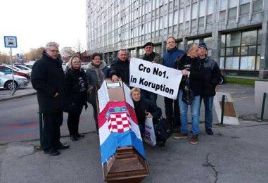TRAŽILI OSTAVKU BOŠNJAKOVIĆA: S lijesom prosvjedovali ispred Općinskog suda i Ministarstva pravosuđa